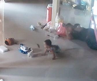 【衝撃】床を歩く毒ムカデが1歳の赤ちゃんに近づき、母親が必死に助ける衝撃映像