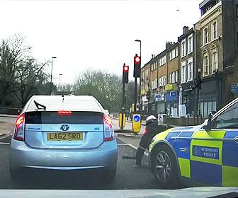 【衝撃】バイクで逃げる男に正面から警察車両が突っ込む衝撃映像