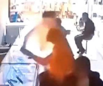 【衝撃】iPhoneのバッテリーを交換中にバッテリーが爆発し火を噴く衝撃映像