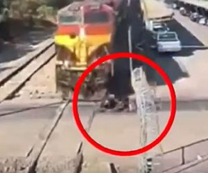 【事故】踏切を渡ろうとする猛スピードのバイクが電車に突っ込んでしまう衝撃映像