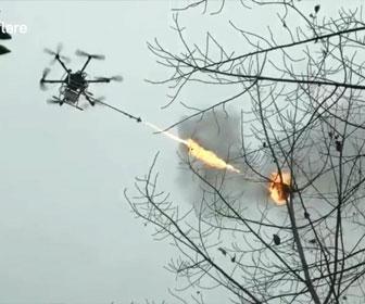 【衝撃】火炎放射器付きドローンで高い木の上にある蜂の巣を駆除する