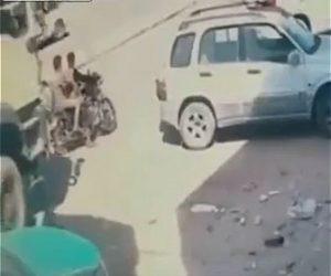 【事故】大型トラックが前に止まっている2人乗りバイクに気づかず動き出しバイクが潰される衝撃映像