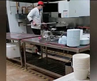 【衝撃】中国の食堂で作業員が床掃除してるモップを中華鍋で洗う衝撃映像