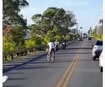 【衝撃】対向車線を逆走する自転車がバイクに突っ込んで行くが…