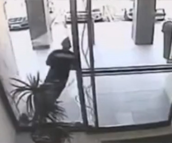 【強盗】店から猛ダッシュで逃げる強盗が入り口のガラスに気づかず…