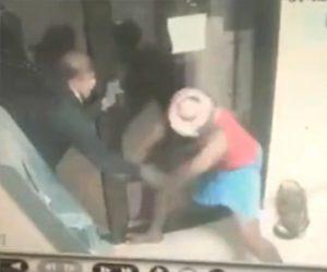 【強盗】フルフェイス被り鉄パイプを持った強盗がATMの警備員に襲いかかるが…
