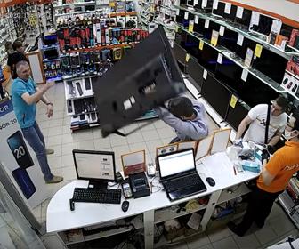 【衝撃】テレビを返品しに来た男が保証期間が過ぎていた為、店員に断られると衝撃の行動に出る