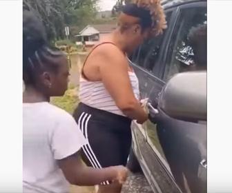 【衝撃】車のドアに服が挟まった女性が…衝撃の行動