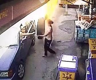 【衝撃】客が車の中から店員にお金を渡そうとした瞬間…衝撃映像