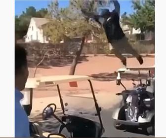 【衝撃】男性がゴルフカートの上から横に止めてあるゴルフカートに飛び移ろうとするが…