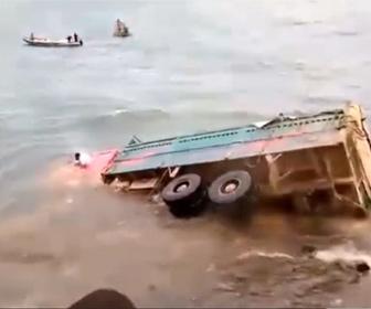【衝撃】海に沈みそうなトラックをロープで引っ張り助け出そうとするが…衝撃映像