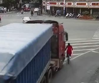 【事故】交差点を右折する大型トラックが自転車に乗る女性を巻き込みトラックの下に…
