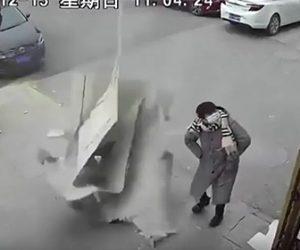 【衝撃】道を歩く男性の目の前に建物外壁が落下してくる衝撃映像