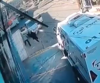 【強盗】銃撃戦後に車で逃走する銀行強盗犯を警備員が現金輸送車で追いかけ…
