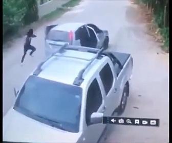 【強盗】男性が車から降りてきた銃を持った強盗2人に襲われるが…
