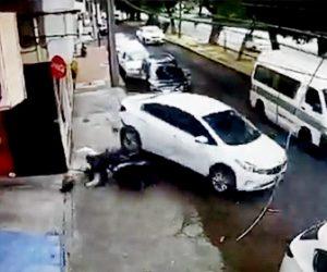 【強盗】バイクから降りてきた強盗2人が車を襲うが車は急発進し…衝撃映像