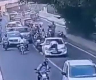 【衝撃】警察に止められた車が警察官をボンネットに乗せたまま逃走する衝撃映像
