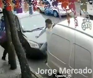 【事故】道を渡る男性に暴走車が突っ込んでくる衝撃映像
