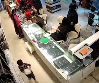 【衝撃】宝石店で子供を使い宝石を盗む2人組の女窃盗犯がヤバい