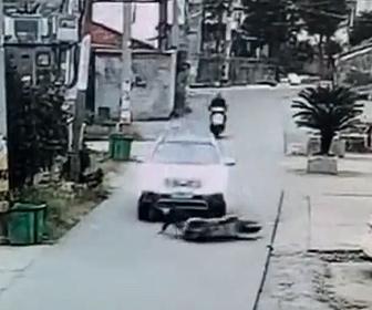 【事故】車の前でスクーターが転倒。運転手が気づかずスクーター運転手をひいてしまう衝撃映像
