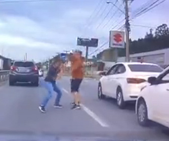 【喧嘩】ロードレイジで車道に出てきた運転手が激しい殴り合いをする衝撃映像