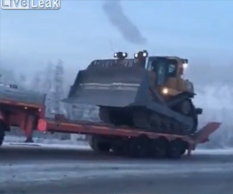 【衝撃】坂道で大型トラックからブルドーザーを降ろそうとするが重すぎて…