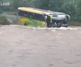 【衝撃】大雨で濁流が流れる道をバスが渡る衝撃映像