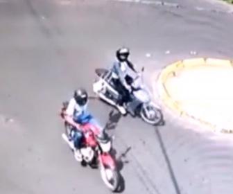 バイクに乗る男が前を走る女性のバッグをひったくる衝撃映像