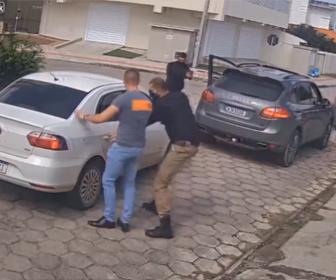 【衝撃】車の進路を塞がれ、運転手が誘拐されてしまう一部始終