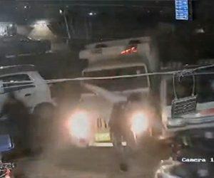 【衝撃】怒った男が両親が入院している病院にトラックで突っ込む衝撃映像