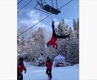 【衝撃】スキー場でリフトに引っかかり逆さ吊りになってしまったスキーヤー