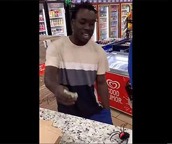 【面白】お店のカウンターからオモチャ蜘蛛が出てくるイタズラ。黒人男性の反応が凄い