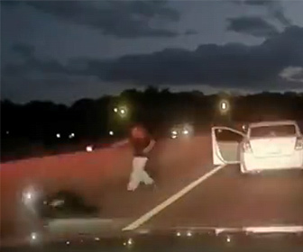 【衝撃】警察官が停車した容疑者の車に近づくが、男が車から降り警察官に銃を撃ちまくる衝撃映像