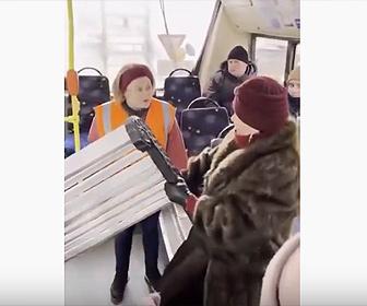 【衝撃】女性が大きなベンチを路線バスで運ぼうとする衝撃映像