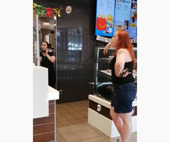【衝撃】マクドナルドで注文が通っていないことに女が怒り唾を吐きかける衝撃映像