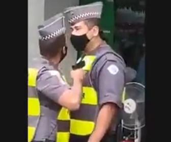 【衝撃】勤務中の警察官2人が口論になり銃を突きつける衝撃映像