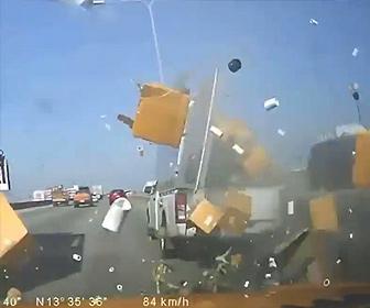 【事故】高速道路でピックアップトラックが無理な車線変更して中央分離帯に激突し…