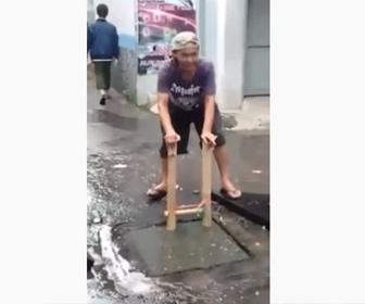 【衝撃】汚水に入り、排水管の詰まりを取り除く男性が凄い
