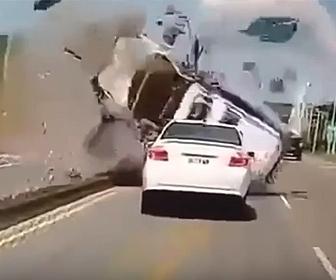 【事故】猛スピードの車が曲がり切れず反対車線から突っ込んでくる衝撃事故映像