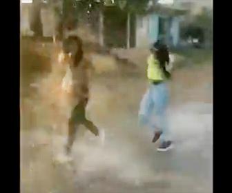 【衝撃】外出禁止中、出歩いている人達に水をぶっかける衝撃映像