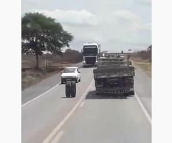 【事故】大型トラックのタイヤが外れ、対向車線の車に直撃する衝撃映像