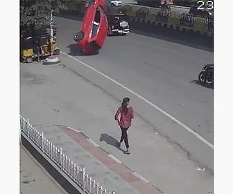 【衝撃】高架から車が落下し、歩道にいる人達に突っ込む衝撃映像