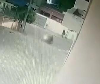 【衝撃】非番の警察官がバイクで現れた強盗2人に襲われるが銃を撃ちまくり撃退する