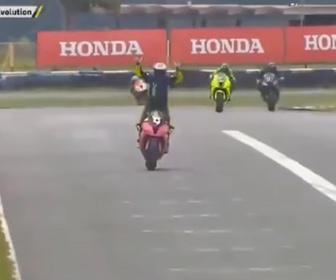 【衝撃】バイクレースでトップの選手が優勝を確信し立ち上がってガッツポーズをするが…衝撃映像