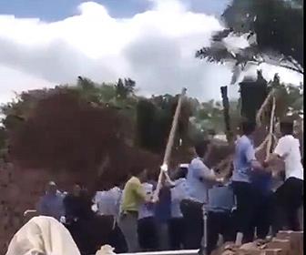 【衝撃】大勢の作業員が壁を押して倒そうとするが…衝撃映像