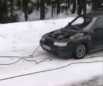 【衝撃】長いロープを使って車を牽引しようとするが…