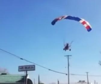 【衝撃】パラグライダーに乗ったサンタクロースが電線に引っかかってしまう衝撃映像