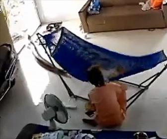 【動物】ハンモックで寝ている赤ちゃんに大蛇が迫ってくる衝撃映像