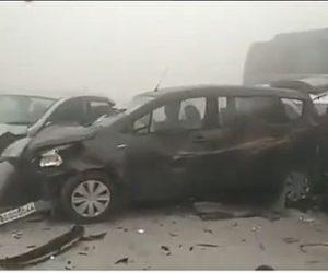 【事故】濃い霧で事故が発生、車が次々と突っ込んでくる衝撃映像