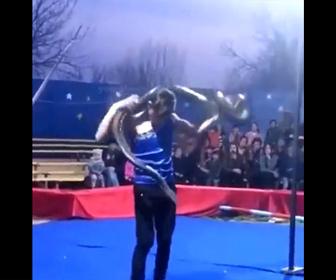 【衝撃】パフォーマーが観客の前で大蛇を首に巻くが首を絞められ意識を失う衝撃映像
